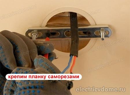 Как закрепить люстру на натяжном потолке