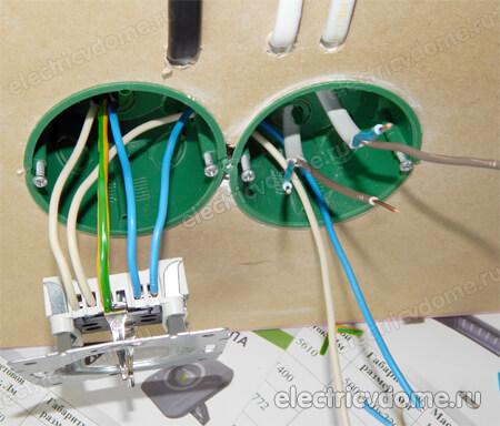 Steckbuchse mit einem Schalter im selben Gehäuse